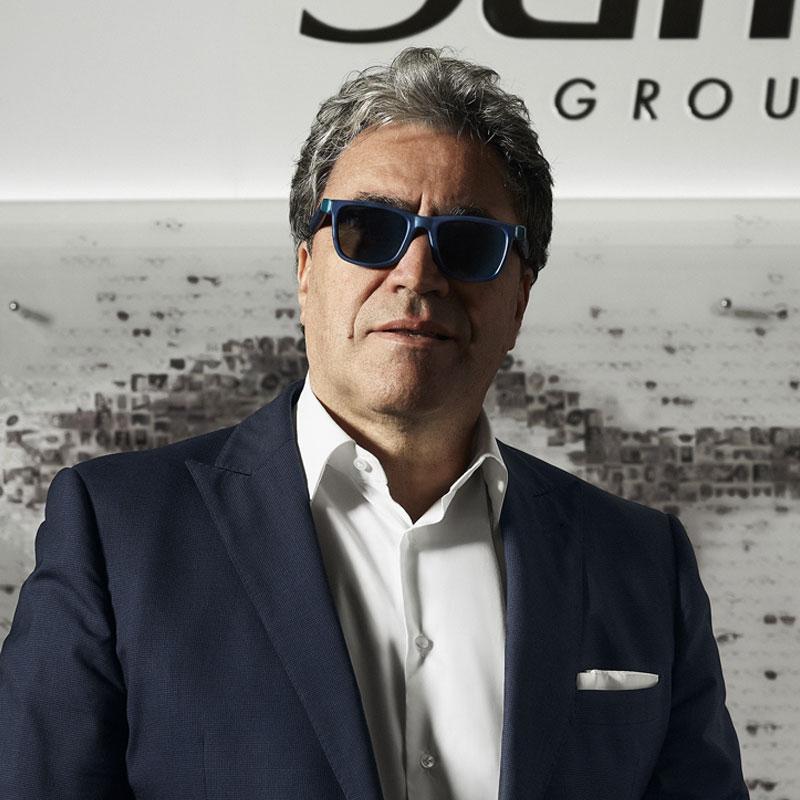Angelo Trocchia, CEO de Grupo Safilo portando las gafas de The Ocean Cleanup